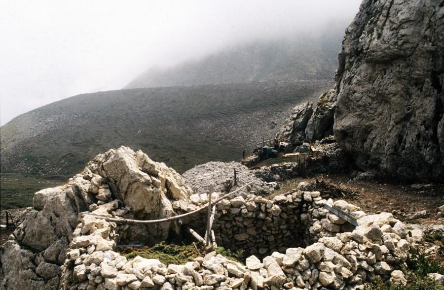 Ο μπάρμπα Ανδρέας ψηλά στο Μεγάλο Λιθάρι Χελμού και το εικονοστάσι της Παπαδιάς χαμηλά στηΚλειτορία
