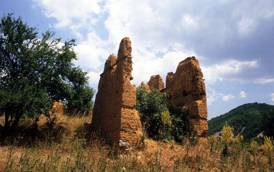 Τρικλάριο ή Σφήκα ή Γκόρμπες (Gorbes) ή Γόρμπες ή Βόρμπα, ύψ. 1749 μ. στα σύνορα με τηνΑλβανία